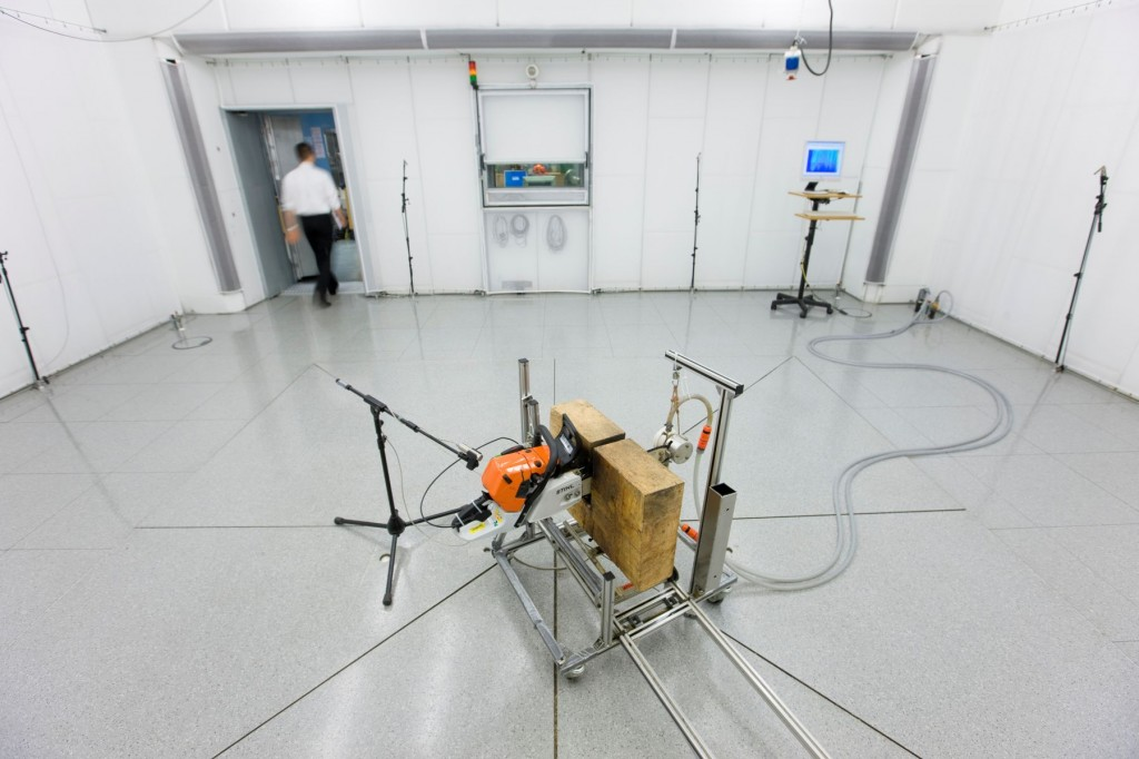 Too noisy? Amenable sound? Minute tests take place in the sound-ranging room. This is one of 130 (!) test labs in Neustadt, the centre of research and development.